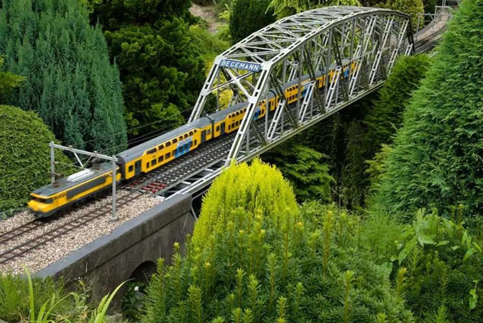 Uno de los tantos puentes de la mini ciudad de Madurodam con trenes miniatura fieles a los servicios de tren reales de la ciudad.
