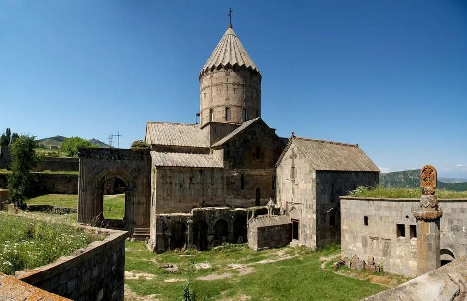 Vemos la abadía en el centro de la imagen y el sismógrafo en el margen inferior derecho.