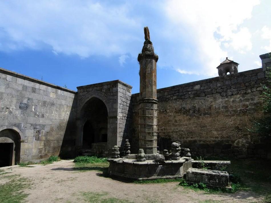 Detalle del sismógrafo de piedra en el patio del monasterio de Tatev.