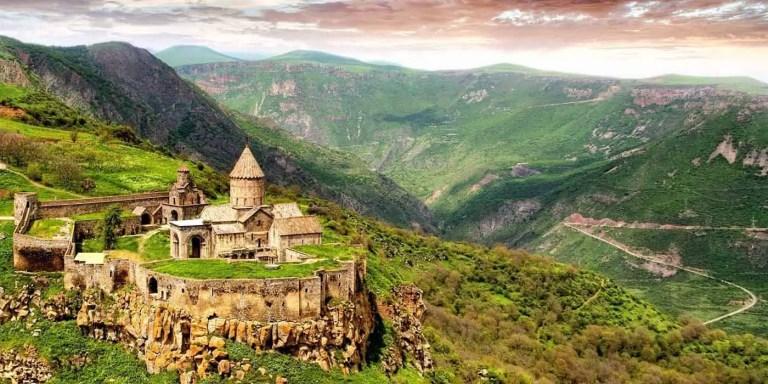 Vista desde la lejanía del monasterio Tatev,