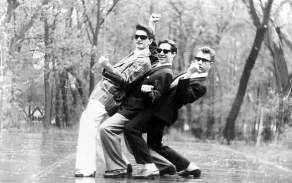Jovenes rusos practicando una pose muy común en la época.