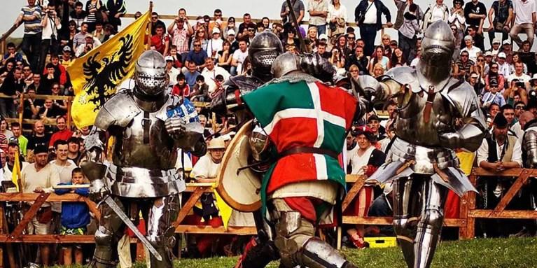 Caballeros con armadura de placas luchando en la Batalla de las Naciones.