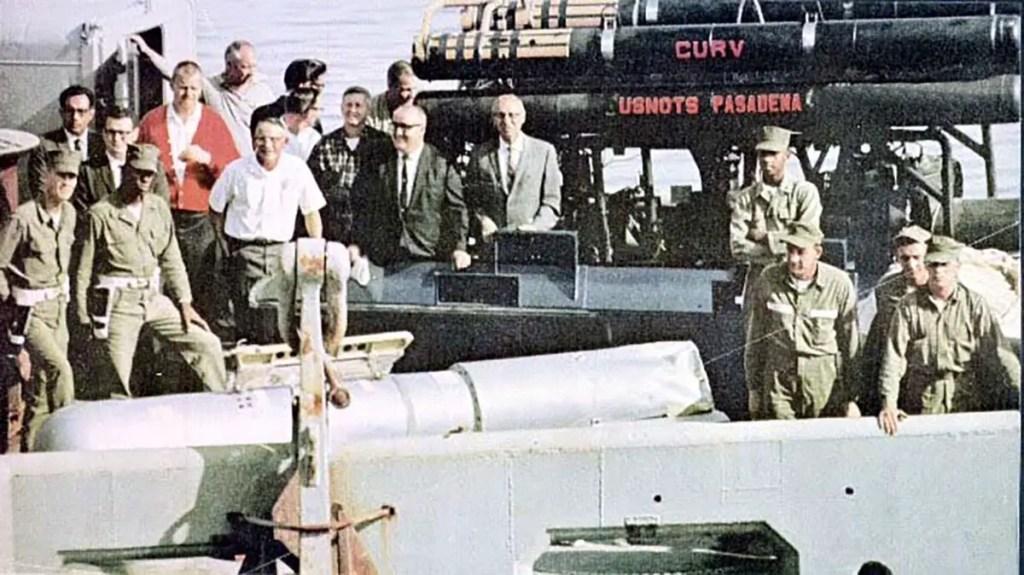 El submarino de rescate U.S.S. Petrel y parte de su tripulación.