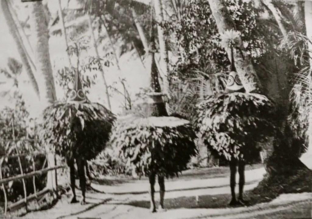 Miembros de la tribu Tolái con sus trajes de Duk Duk.