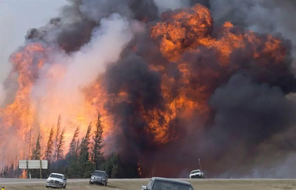 Fotografía de una bola de fuego en el incendio forestal de Fort McMurray