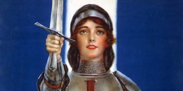 Juana de Arco levantando su espada.