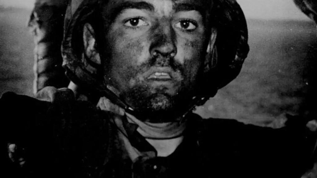 Un marine exhibiendo los efectos de la mirada de las mil yardas.