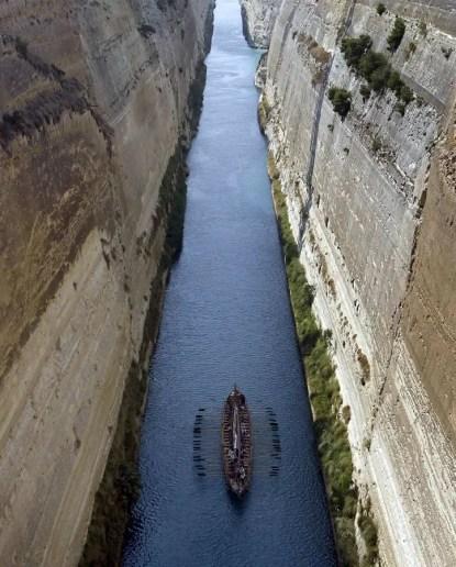 El Argos de Jasón y los Argonautas navegando por el Canal de Corinto.