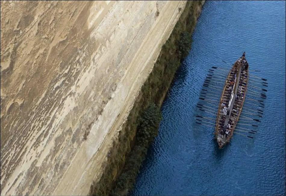 El Argos en el Canal de Corinto