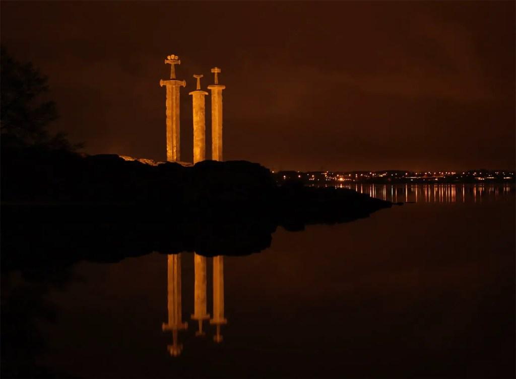 Sverd i fjell iluminado durante la noche.
