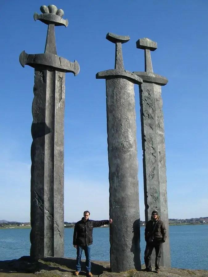 Vemos un detalle del monumento de las espadas gigantes