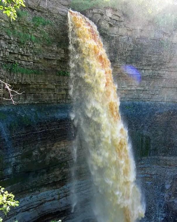 La cascada ve Valaste durante el verano.