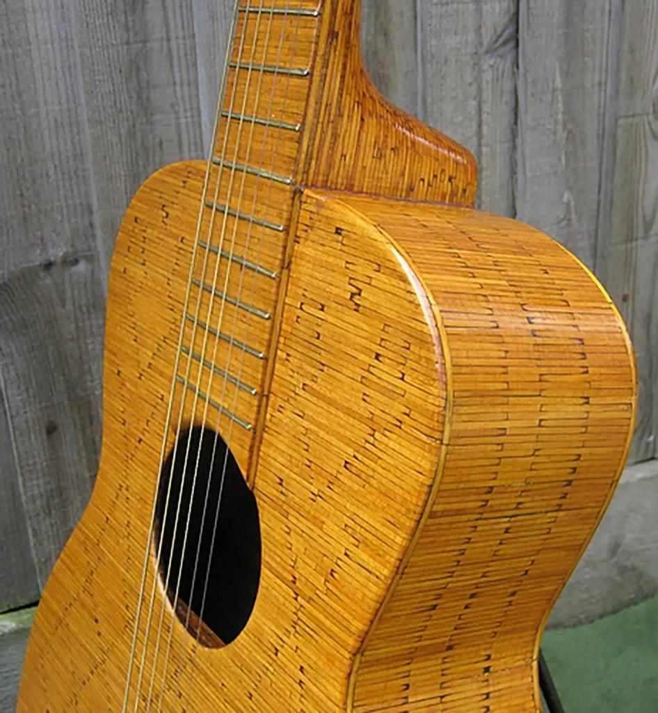 Detalle de la guitarra hecha con fósforos del lutier Jack Hall.