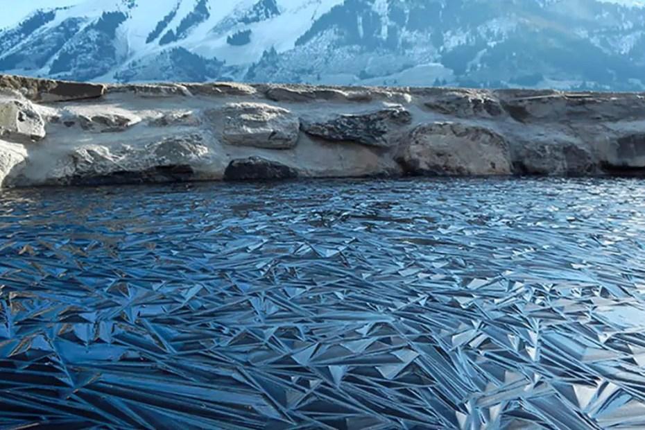 Hielo de un lago congelado.