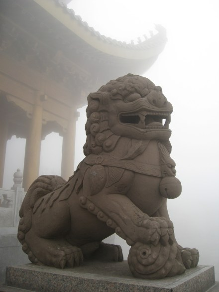 Uno de los leones guardianes del poema chino de Shi Shì shí shi shi.