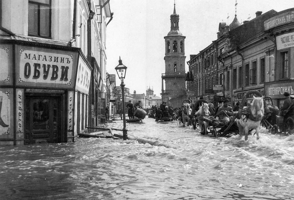 Carrozas de caballos durante la Gran Inundación de Moscú.