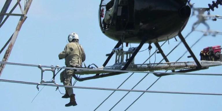 Reparando lineas de alto voltaje desde helicópteros