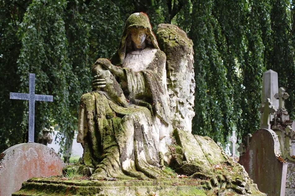 Tumba sin rostro del cementerio de Brugge.