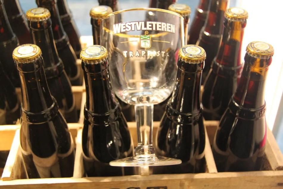Caja de cerveza junto a una de las copas características de Westvleteren.