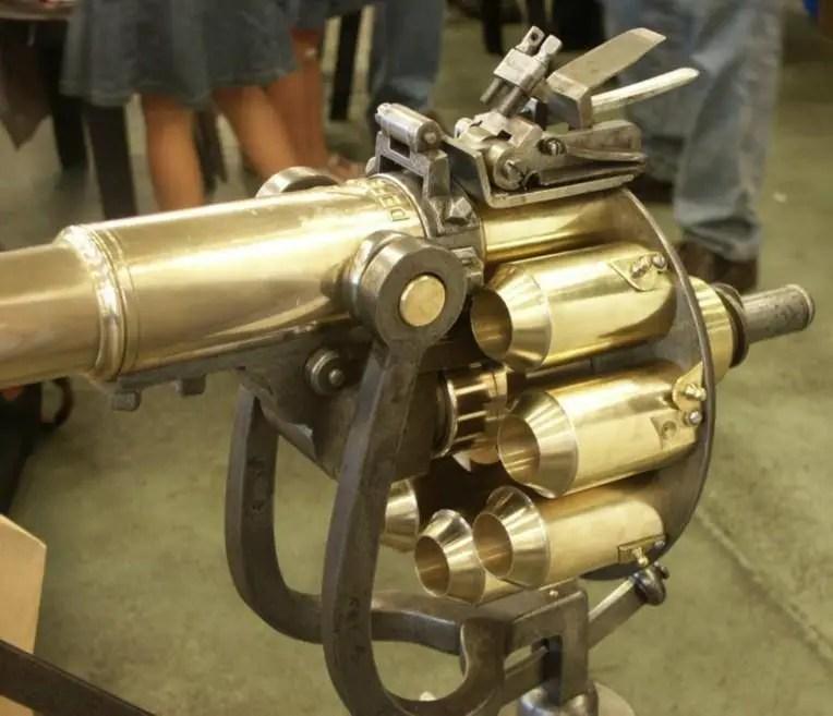 Vemos la Puckle Gun con el cargador rotativo ya ensamblado con el barril.