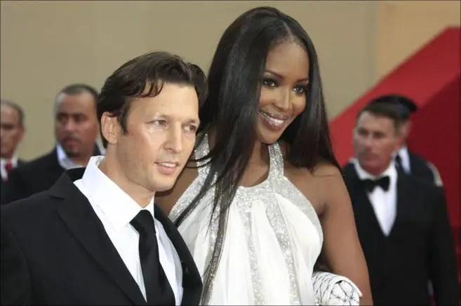 Christopher Rocancourt junto a la modelo Naomi Campbell.