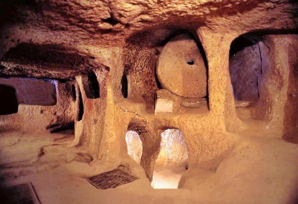 EN esta fotografía del interior de la ciudad subterránea de Kaymakli vemos el complejo sistema de columnas.