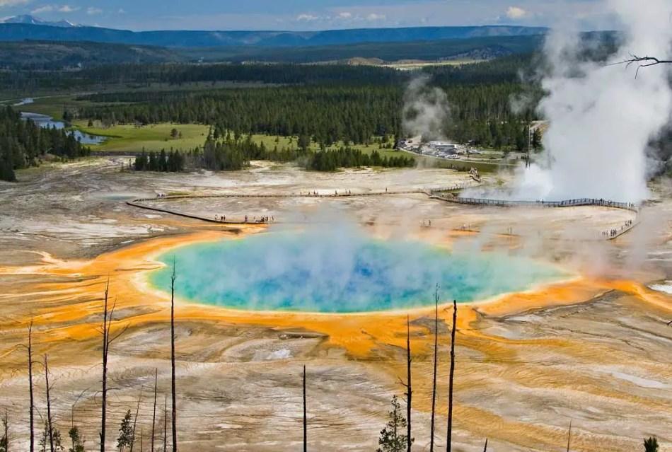 Detalle de la gran fuente prismática en el parque de Yellowstone,