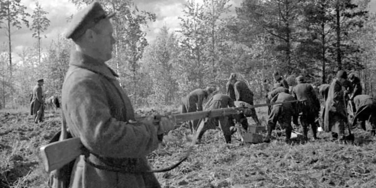 Soviéticos custodiando prisioneros realizando trabajos forzados.
