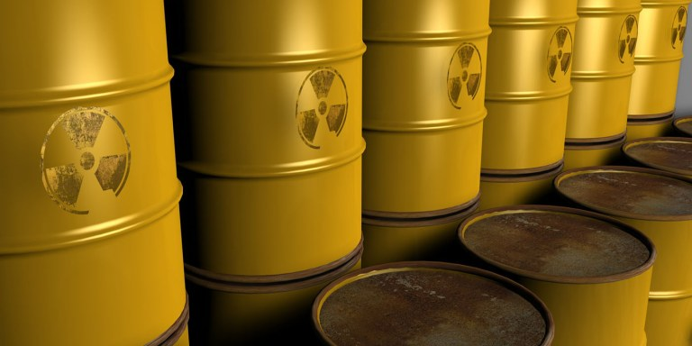 Desechos nucleares y el símbolo de la radiación.