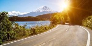 Carretera japonesa con una montaña de fondo.