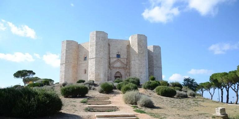 El Castel del Monte des uno de los castillos más hermosos del mundo, con su planta octogonal se eleva como una maravilla arquitectónica.