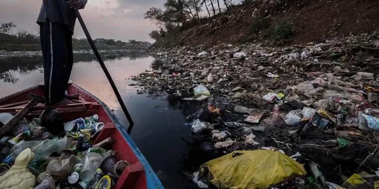Citarum el río más contaminado del mundo, un río de basura flotante