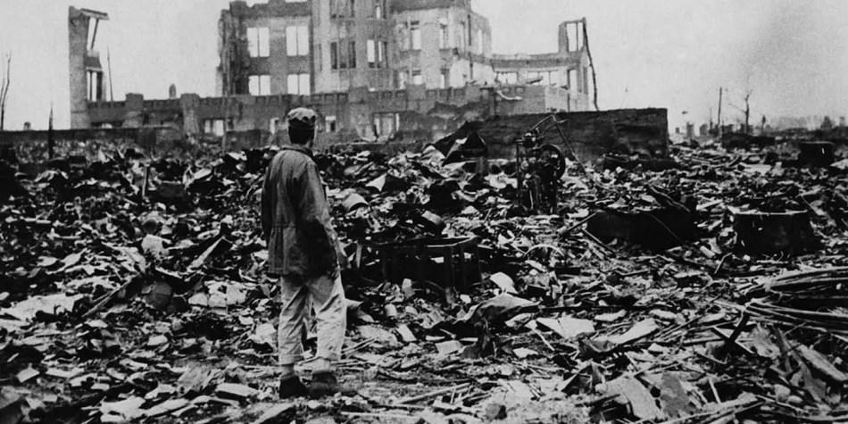 Destrucción en Hiroshima, el edificio en el fondo es el domo que solía ser el museo comercial.
