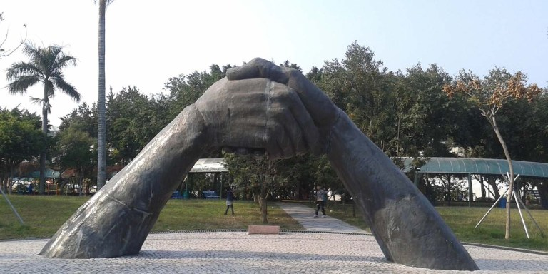 Estatua apretón de manos y la historia de saludar con un apretón de manos.