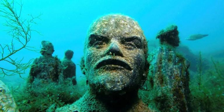 Estatua sumergida del dictador soviético Vladimir Lenin. Las estatuas soviéticas sumergidas,