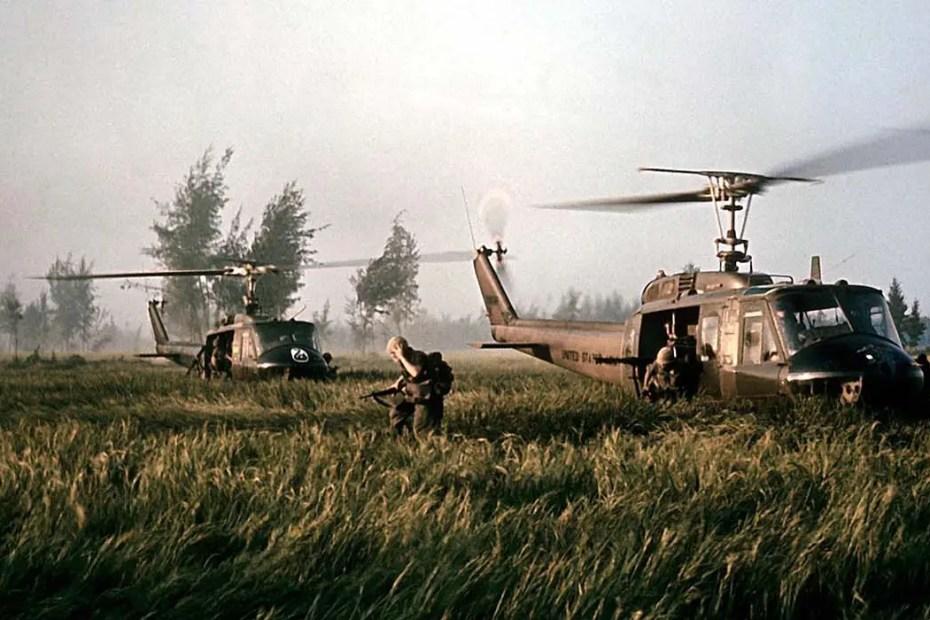 Helicópteros en Vietnam con soldados estadounidenses descendiendo de los mismos.