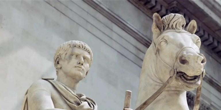 Estatua ecuestre de Calígula montando a su caballo Incinatus. El Caballo de Calígula.