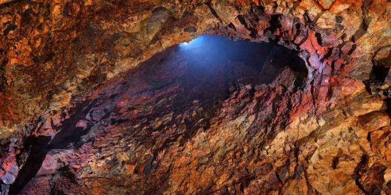 Interior cámara volcán en Islandia.