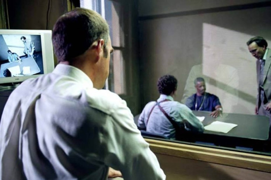 Policías interrogando a un sospechoso mediante la técnica Reid.