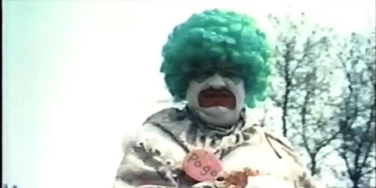El asesino seria John Wayne Gacy en su personaje del payaso Pogo.