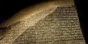 Detalle de una réplica de la piedra Rosetta.