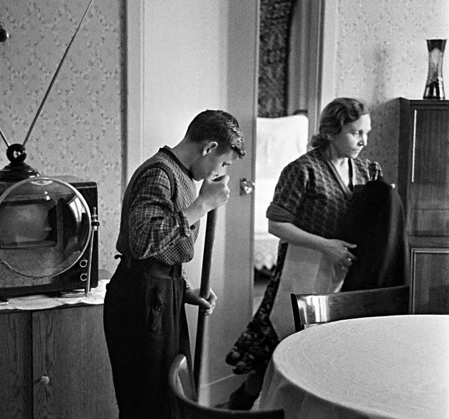 Familia soviética con un televisor KVN-49 y el modelo de lente de aumento circular.