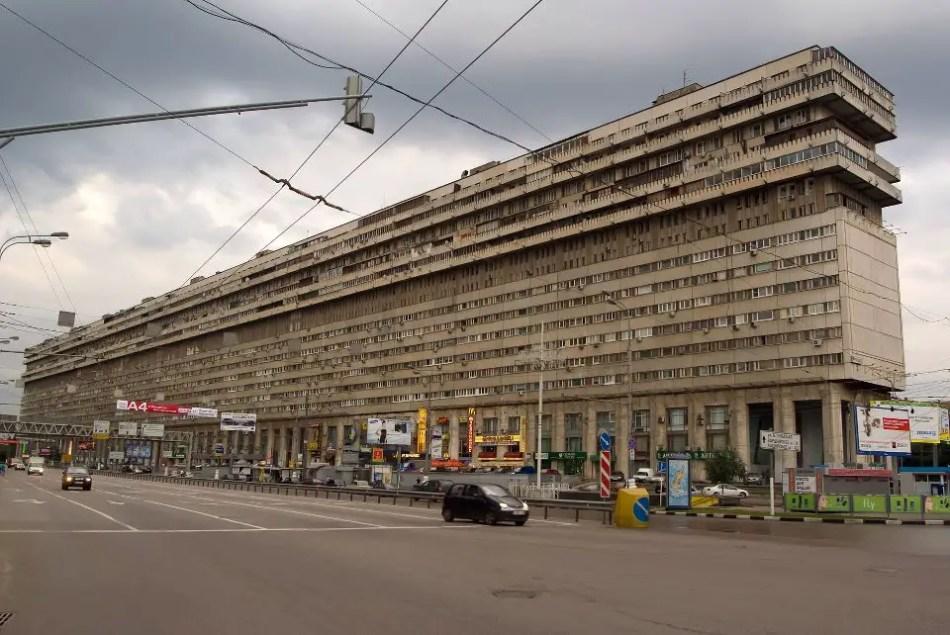 Fotografía de uno de los edificios soviéticos horizontales Bolshaya Tulskaya.