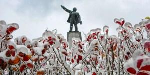 Estatua de Lenin en un parque cuyas flores quedaron completamente congeladas por las lluvias heladas.