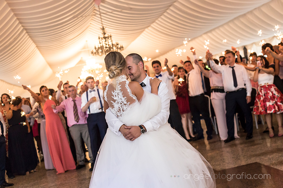 Baile de los novios con bengalas en la boda de Raquel Jorge en Navia por Angela Gonzalez Fotografía