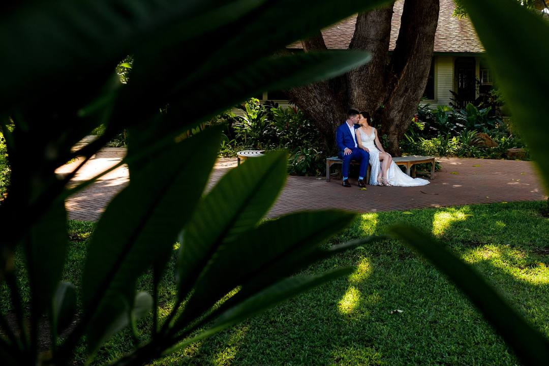 bride and groom outside of olowalu plantation house