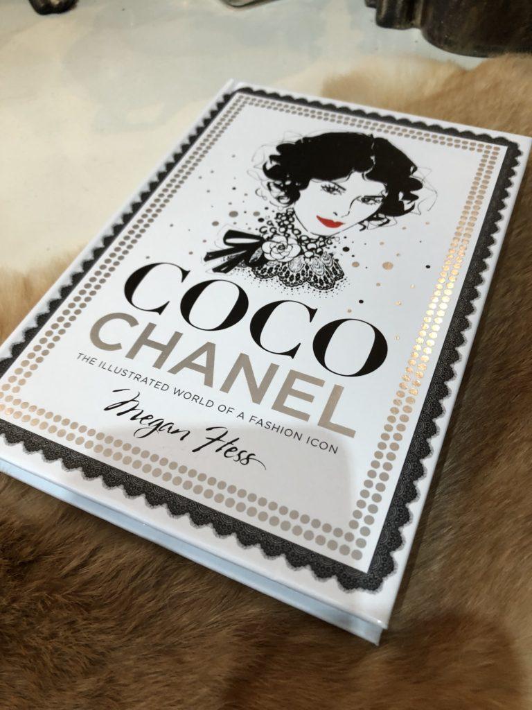 Decoratie boek Coco Chanel met pistool goud  Angelas
