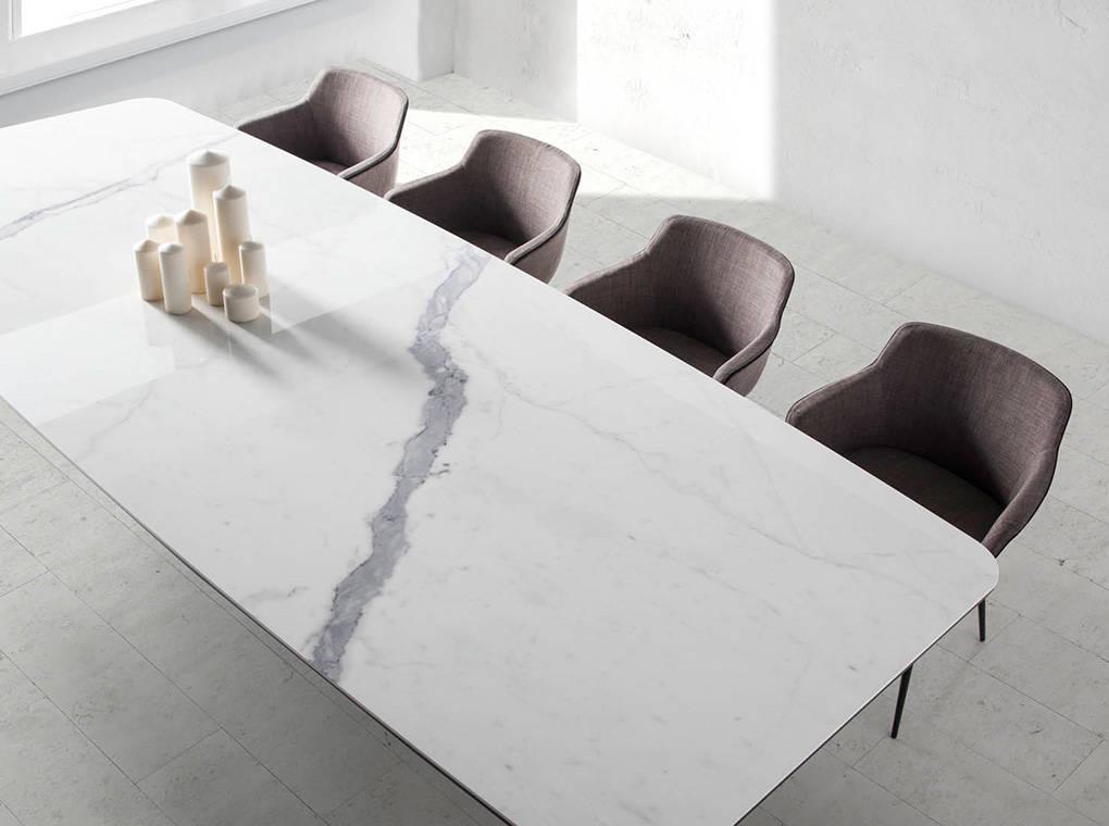 Mesa de comedor rectangular con estructura de acero y tapa