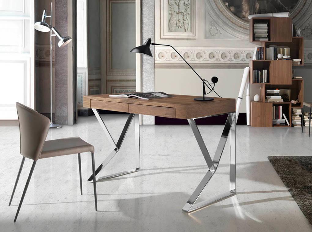 es escritorio de oficina en madera chapada de nogal con patas de acero inoxidable en office desk in walnut veneered wood with stainless steel