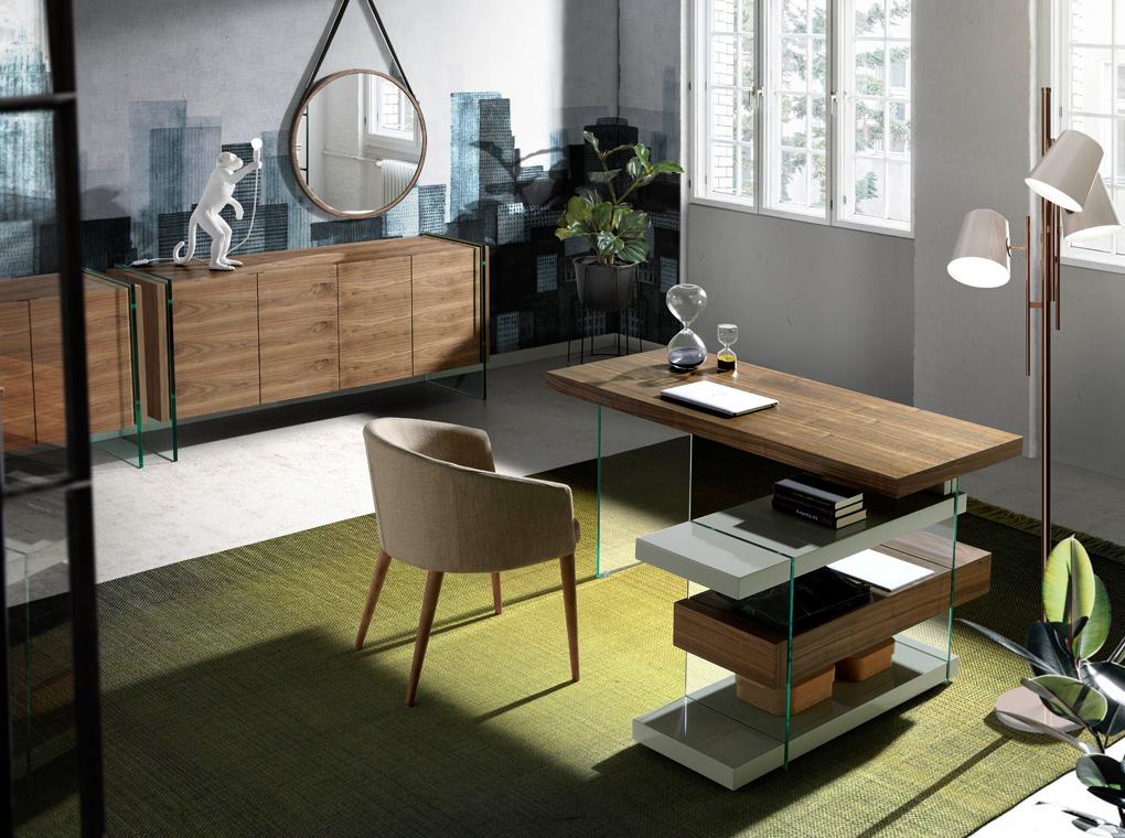 es escritorio de oficina en madera chapada de nogal con laterales de cristal templado y dos baldas de dm lacado en office desk in walnut veneered